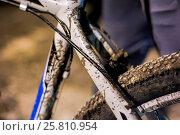 Купить «Грязный велосипед на ночной гонке в Хвалынске в мае 2016», фото № 25810954, снято 6 мая 2016 г. (c) Матвей Солодовников / Фотобанк Лори