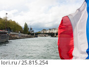 Купить «Развевающийся флаг Франции на фоне реки Сены», фото № 25815254, снято 20 апреля 2012 г. (c) Евгений Кашпирев / Фотобанк Лори