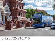 Купить «Люди выходят из автобуса около Сиам парка. Регулярное автобусное сообщение из крупных курортов. Аквапарк Сиам (Siam) в городе Коста Адехе (Costa Adeje). Тенерифе, Канарские острова, Испания», фото № 25816710, снято 28 декабря 2015 г. (c) Кекяляйнен Андрей / Фотобанк Лори