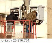 Купить «Бригада рабочих производит монтаж оборудования на вышке сотовой связи. Камчатская улица. Район Гольяново. Москва», эксклюзивное фото № 25816754, снято 10 марта 2017 г. (c) lana1501 / Фотобанк Лори