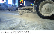 Купить «Special equipment cleans snow after a snowfall in the parking lot», видеоролик № 25817042, снято 31 января 2017 г. (c) Курганов Александр / Фотобанк Лори