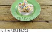 Купить «Heart shape cookies in plate on wooden plank», видеоролик № 25818702, снято 11 июля 2020 г. (c) Wavebreak Media / Фотобанк Лори