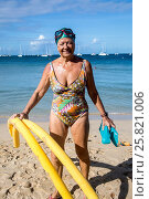 Купить «Senior retired caucasian woman, in her 70's, with her swim cap, flippers and goggles, going to the ocean doing her exercices to stay fit.», фото № 25821006, снято 11 февраля 2017 г. (c) age Fotostock / Фотобанк Лори