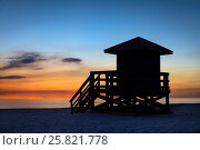 Купить «Lifeguard shack at sunset, Siesta Key Beach, Florida, USA.», фото № 25821778, снято 16 января 2017 г. (c) age Fotostock / Фотобанк Лори