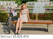 Купить «Участница парада Леди на велосипеде загорает на лавочке в парке Сокольники», эксклюзивное фото № 25825414, снято 7 августа 2016 г. (c) Владимир Князев / Фотобанк Лори