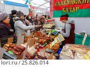 Купить «Продажа колбасы на ярмарке», фото № 25826014, снято 17 марта 2017 г. (c) Акиньшин Владимир / Фотобанк Лори