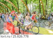 Купить «Участницы парада Леди на велосипеде в парке Сокольники», эксклюзивное фото № 25826778, снято 7 августа 2016 г. (c) Владимир Князев / Фотобанк Лори