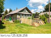 Купить «Старый деревянный деревенский дом в летний солнечный день», фото № 25828258, снято 20 июля 2019 г. (c) FotograFF / Фотобанк Лори