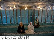 Купить «Женщины молятся в молельном зале Московской соборной мечети, Россия», фото № 25833910, снято 26 марта 2017 г. (c) Николай Винокуров / Фотобанк Лори