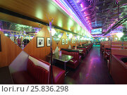 MOSCOW - JAN 21, 2015: Interior of the hall with leather red sofas and old cinema decorations on the walls of the American restaurant Beverly Hills Diner, фото № 25836298, снято 21 января 2015 г. (c) Losevsky Pavel / Фотобанк Лори