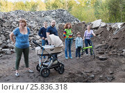 Купить «MOSCOW, RUSSIA - SEP 18, 2015: Group of residents of Losiniy Ostrov district at area of illegal base for processing and sorting of construction waste», фото № 25836318, снято 18 сентября 2015 г. (c) Losevsky Pavel / Фотобанк Лори