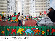 MOSCOW - FEB 13, 2016: People walk on children playground and listen bass band in Elk Island residential complex. Редакционное фото, фотограф Losevsky Pavel / Фотобанк Лори