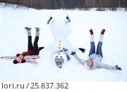 Купить «Upside down snowman with hat and two happy women at winter day», фото № 25837362, снято 31 января 2015 г. (c) Losevsky Pavel / Фотобанк Лори