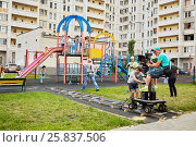 MOSCOW, RUSSIA - JUN 27, 2016: Cameraman and assistants shoot reportage from children playground in courtyard of residential houses. Редакционное фото, фотограф Losevsky Pavel / Фотобанк Лори
