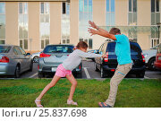 Купить «Young brother and sister imitation contactless fight, fool around outdoors», фото № 25837698, снято 16 августа 2014 г. (c) Losevsky Pavel / Фотобанк Лори