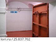 Купить «Doorways with metal doors in hallway leading into Stalins bunker in Samara, Russia», фото № 25837702, снято 8 мая 2015 г. (c) Losevsky Pavel / Фотобанк Лори