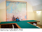 Купить «SAMARA, RUSSIA - MAY 8, 2015: Girls holding phone at table (models with releases) in Stalins bunker with big map», фото № 25837710, снято 8 мая 2015 г. (c) Losevsky Pavel / Фотобанк Лори