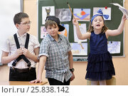 Купить «Three students: two boys and one girl act out scene in class performance at drawing lesson», фото № 25838142, снято 20 марта 2015 г. (c) Losevsky Pavel / Фотобанк Лори