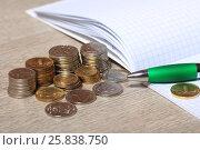 Купить «Монеты, ручка и блокнот на столе», эксклюзивное фото № 25838750, снято 28 марта 2017 г. (c) Яна Королёва / Фотобанк Лори