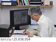 Купить «Инженер-архитектор у компьютера, за рабочим столом заполняет документы», фото № 25838954, снято 25 марта 2017 г. (c) Сергей Галинский / Фотобанк Лори