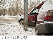 Купить «Damaged car crashing side into lamppost in winter», фото № 25840034, снято 9 января 2015 г. (c) Losevsky Pavel / Фотобанк Лори