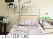 Купить «Empty bed with a pillow and blanket in intensive care unit», фото № 25840202, снято 31 августа 2015 г. (c) Losevsky Pavel / Фотобанк Лори