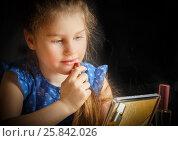 Девочка учится красить губы. Стоковое фото, фотограф Акиньшин Владимир / Фотобанк Лори