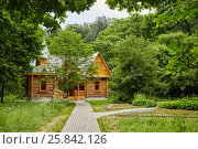 Купить «Wooden house and paved path in the park.», фото № 25842126, снято 18 июня 2016 г. (c) Losevsky Pavel / Фотобанк Лори