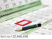 Карандаш на календаре с закладкой на дате. Детали бизнеса. Стоковое фото, фотограф Наталья Осипова / Фотобанк Лори