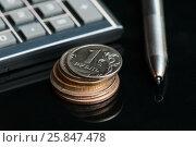Купить «Российские монеты, карманный калькулятор и шариковая ручка на тёмном фоне», эксклюзивное фото № 25847478, снято 27 марта 2017 г. (c) Игорь Низов / Фотобанк Лори