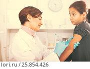 Купить «Doctor makes injection girl», фото № 25854426, снято 25 сентября 2018 г. (c) Яков Филимонов / Фотобанк Лори