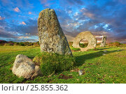 Mên-an-Tol or Men an Toll locally as the Crick Stone, late Neolithic or early Bronze Age standing stones, near the Madron, Penwith peninsula, Cornwall, England. Стоковое фото, фотограф Funkystock / age Fotostock / Фотобанк Лори