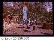 Купить «Советские времена. Родители смотрят на детей, которые катаются на карусели. Москва, 1978 год», фото № 25858050, снято 26 марта 2019 г. (c) Emelinna / Фотобанк Лори
