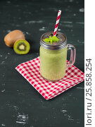 Fresh blended green smoothie with kiwi and spinach. Стоковое фото, фотограф Инга Ерамасова / Фотобанк Лори