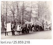 Купить «Праздничная колонна школьников готовится к шествию на первомайской демонстрации (1986 год), Сенно, Беларусь», фото № 25859218, снято 27 мая 2019 г. (c) Ольга Коцюба / Фотобанк Лори