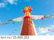 Купить «Масленица в России. Большая кукла для сжигания на фоне голубого неба», фото № 25860202, снято 26 февраля 2017 г. (c) FotograFF / Фотобанк Лори