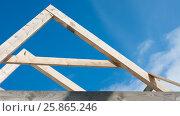 Строительство стропильной системы деревянного дома. Стоковое фото, фотограф Юлия Мальцева / Фотобанк Лори
