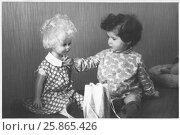 Купить «Девочка с куклой. 1971 год», эксклюзивное фото № 25865426, снято 7 декабря 2019 г. (c) Бондаренко Олеся / Фотобанк Лори
