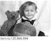 Купить «Ребенок с плюшевым мишкой и мячом. Начало 50-х годов», фото № 25866994, снято 7 декабря 2019 г. (c) Ирина Быстрова / Фотобанк Лори