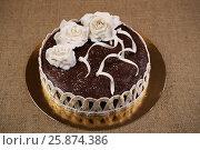 Купить «Домашний шоколадный торт украшен цветами из белой мастики», фото № 25874386, снято 26 марта 2017 г. (c) Александр Волков / Фотобанк Лори