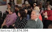 Купить «Люди на открытии  выставки художника Натальи Назаренко, город Балашиха», эксклюзивный видеоролик № 25874394, снято 18 марта 2017 г. (c) Дмитрий Неумоин / Фотобанк Лори