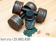 Купить «Гантели и спортивные витамины для мужчин», фото № 25882830, снято 2 апреля 2017 г. (c) Сергей Тагиров / Фотобанк Лори