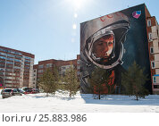 Портрет Юрия Гагарина на стене многоэтажки (2017 год). Редакционное фото, фотограф Сергей Тагиров / Фотобанк Лори
