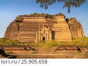 Купить «Ruined Mingun pagoda, the remains of a massive construction project begun by King Bodawpaya», фото № 25905658, снято 22 мая 2019 г. (c) BE&W Photo / Фотобанк Лори