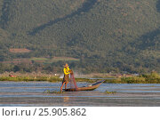 Traditional Burmese fishermen with fishing net at Inle lake in Myanmar famous for their distinctive one legged rowing style, Nyaung Shwe, Inle, Taunggyi, Shan State, Myanmar. Редакционное фото, агентство BE&W Photo / Фотобанк Лори