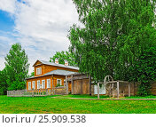 Wooden russian village house on a summer day. House-Museum of Vasnetsov artists in the village of Ryabovo (2016 год). Редакционное фото, фотограф Алексей Яговкин / Фотобанк Лори