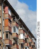 Купить «Пятиэтажный четырёхподъездный кирпичный жилой дом серии 1-510, построен в 1962 году. Никитинская улица, 11. Район Измайлово. Москва», эксклюзивное фото № 25914586, снято 1 апреля 2017 г. (c) lana1501 / Фотобанк Лори