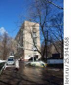 Купить «Девятиэтажный четырёхподъездный кирпичный жилой дом серии II-29, построен в 1966 году. Сиреневый бульвар, 3, корпус 4. Район Северное Измайлово. Москва», эксклюзивное фото № 25914658, снято 1 апреля 2017 г. (c) lana1501 / Фотобанк Лори