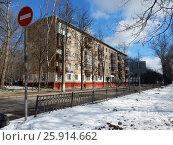 Купить «Пятиэтажный трёхподъездный кирпичный жилой дом серии 1-511, построен в 1961 году. Сиреневый бульвар, 7. Район Северное Измайлово. Москва», эксклюзивное фото № 25914662, снято 1 апреля 2017 г. (c) lana1501 / Фотобанк Лори