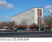 Купить «Девятиэтажный шестиподъездный панельный жилой дом серии II-49П, построен в 1968 году. Щёлковское шоссе, 9 . Район Гольяново. Москва», эксклюзивное фото № 25914694, снято 1 апреля 2017 г. (c) lana1501 / Фотобанк Лори